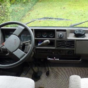 Cockpit mit Voltmeter, Drehzahlmesser und Uhr_1